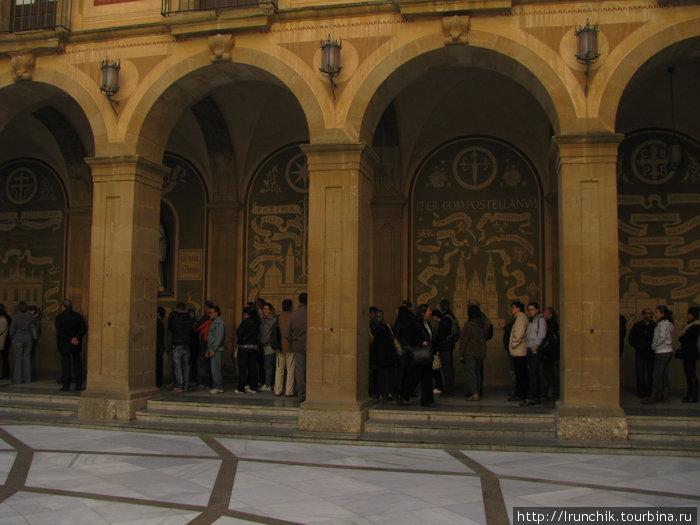 А вот и очередь к Деве Морените. Тогда, я еще не знала что путь собору, значительно длиннее того, что я отстояла во дворике