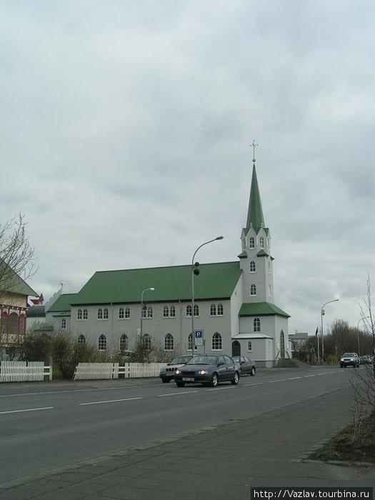 Простенькое здание церкви
