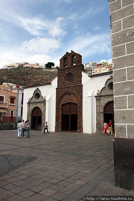 Церковь Иглесия де ла Вирген де Асунсьон на улице Реал в городе Сан Себастьян де Ла Гомера.
