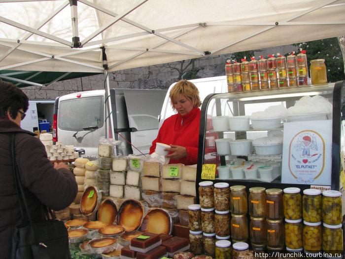 Вот он рынок с местными сырами.