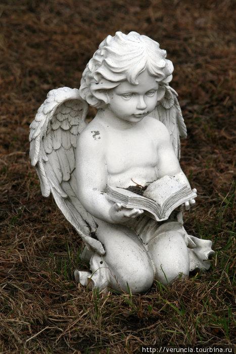 Ангел в сквере у церкви.
