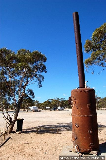 Старая печка выставлена в качестве экспоната. Balladonia Roadhouse
