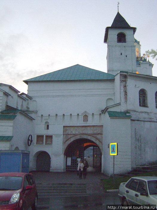 В 1516 году была возведена первая каменная башня монастырской стены − Святые ворота — это парадный вход в Спасо-Преображенский монастырь
