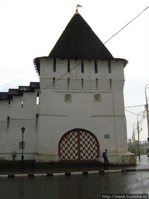 Проездная Угличская башня (1630-е годы) — одна из четырёх сохранившихся башен монастырской стены