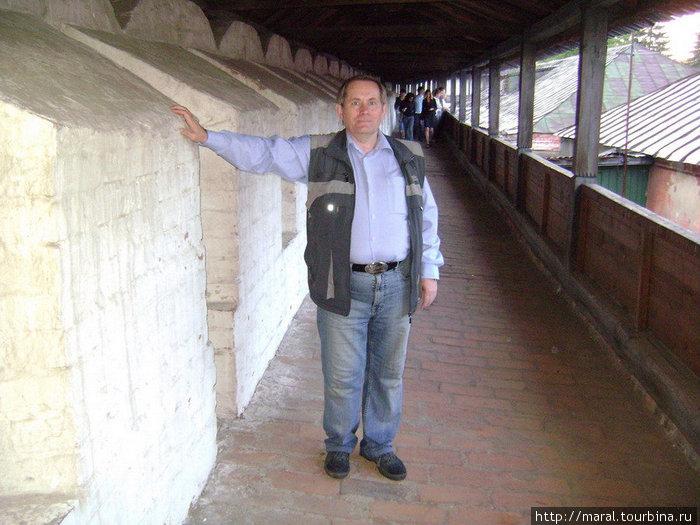 В 1550-1580-х годах постепенно все деревянные стены монастыря заменяются каменными. Длинная крытая галерея, где я стою, называется боевым ходом. Сейчас по нему следуют не воины, а туристы