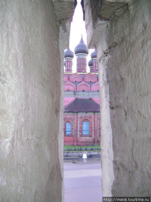 Вид из бойницы монастыря на Богоявленскую церковь XVII века