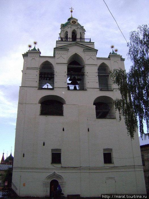 В XVI веке на монастырской площади была возведена большая звонница. Нынешний свой вид звонница приобрела в XIX веке