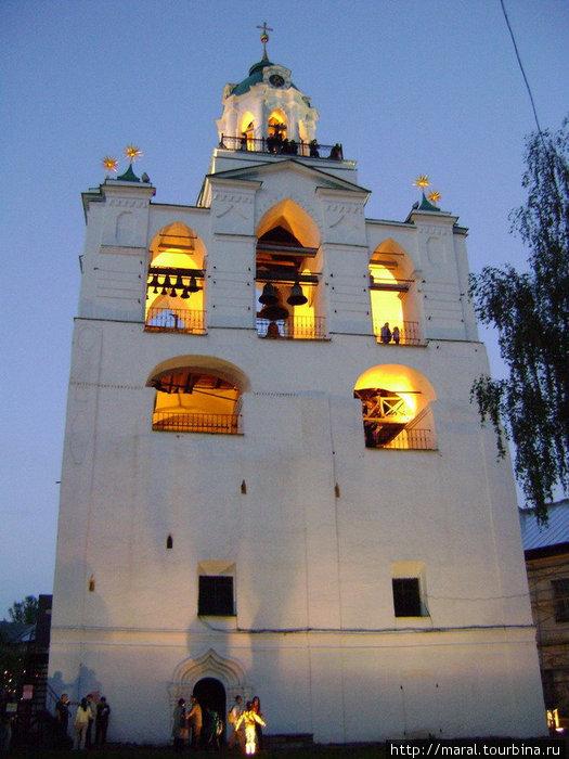Ночью звонница с подсветкой смотрится просто великолепно. А увидеть, как выглядит Ярославль ночью XXI века со звонницы XVI века можно лишь раз в году – в Ночь музеев
