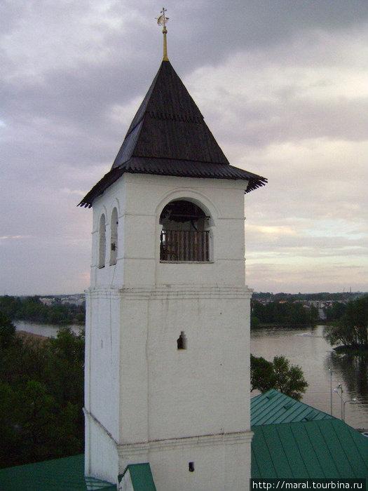 На надстроенной над Святыми воротами в XVII веке дозорной башне-колокольне висел специальный набатный колокол для объявления тревоги
