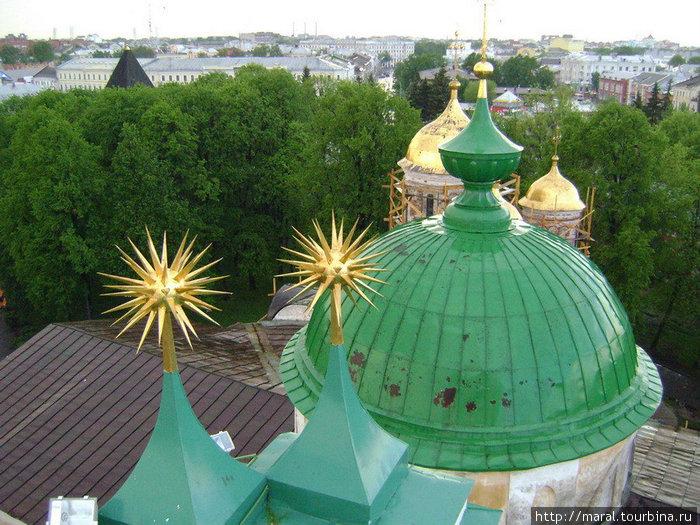 Вид со звонницы на купол церкви Ярославских Чудотворцев и золотые купола Спасо-Преображенского собора