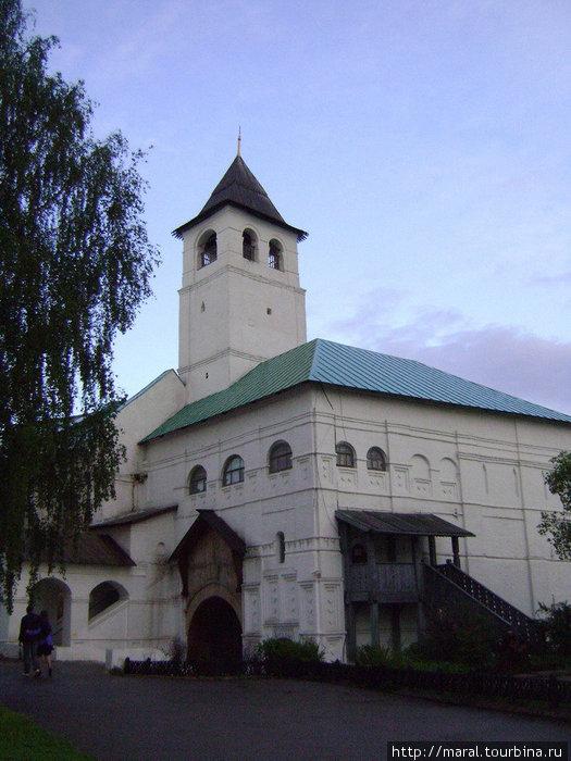 В XVII веке на Святых воротах, помимо дозорной башни, была поставлена Введенская надвратная церковь с шатровым завершением; в XIX веке она была перестроена: шатер заменен четырехскатной кровлей