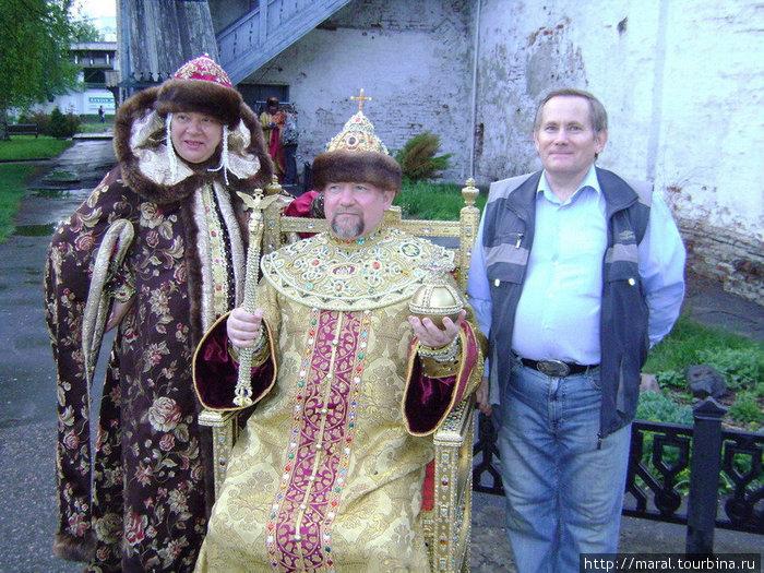 Михаилом Фёдоровичем Романовым отрекомендовался государь в шапке Мономаха со скипетром и державой в руках