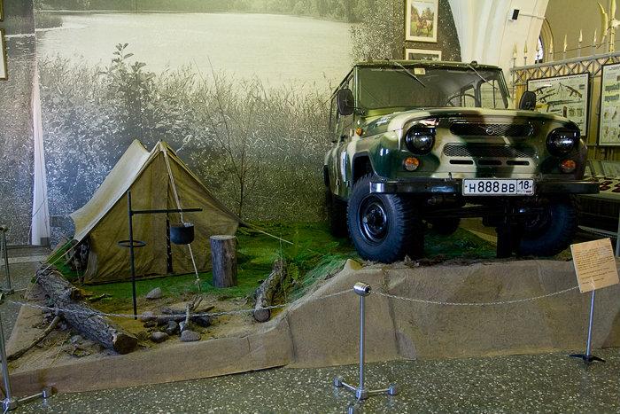 Личные вещи Калашникова, которые он пожертвовал музею. Палатка и УАЗ.