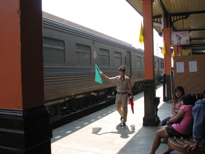 станция Аютая. отправление поезда.