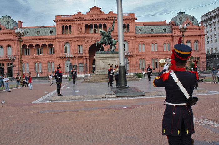 Вечернее ежедневное снятие государственного флага на площади перед Президентским дворцом Casa Rosada