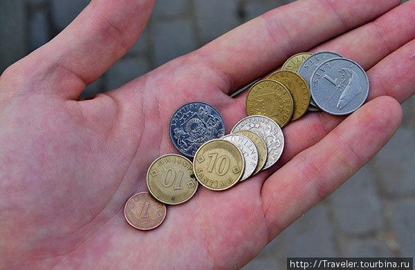 Латвийский лат входит в число самых дорогих валют мира. В моей руке чуть меньше 5 лат — это 250 рублей.