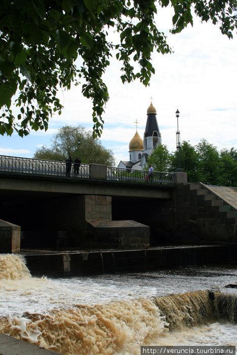 А весной можно наслаждаться музыкой воды на реке Сестре. Иногда ей вторят колокола соседней церкви Петра и Павла.