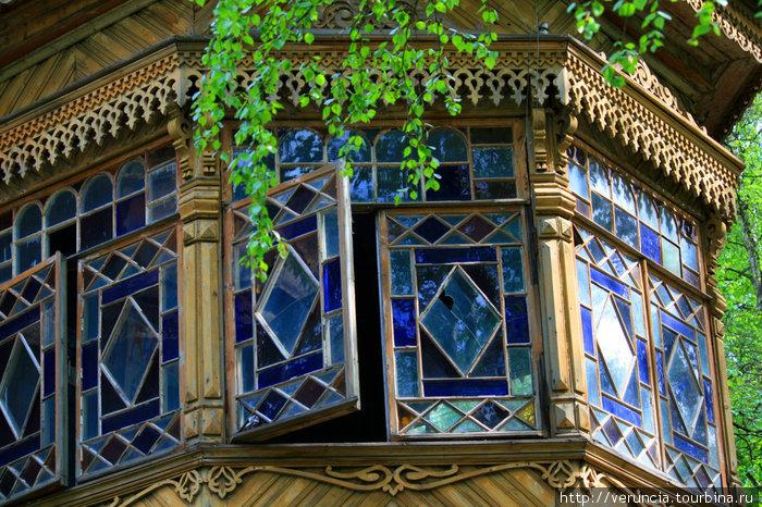 Сестрорецкие дачи — отдельная тема для экскурсии. За цветными стеклышками окошка скрываются плакаты советских времен.