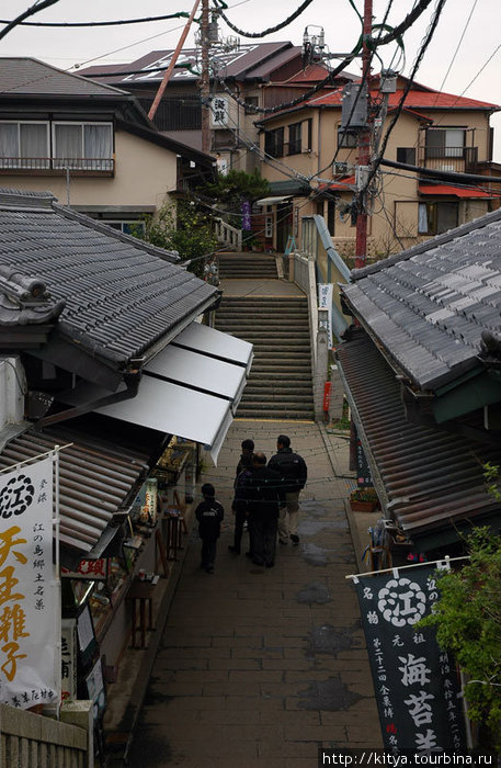По бокам — сувенирные лавки и рестораны, хозяева которых живут в тех же домах.