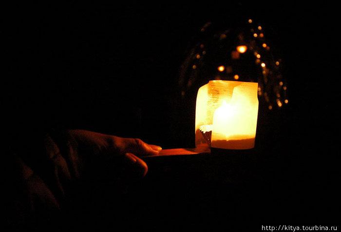 Такие фонарики/свечки выдают на входе, чтобы веселее было.