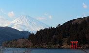 А это самый знаменитый вид Хаконэ. Красные тории, поднимающиеся из воды, на фоне Фудзи :-)