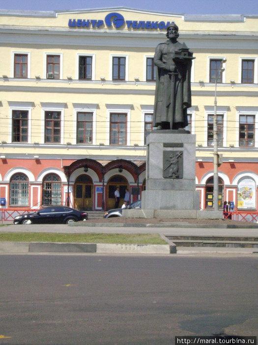 Памятник Ярославу Мудрому на Богоявленской площади в Ярославле