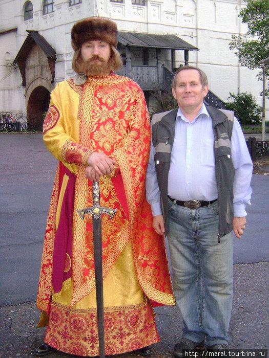 Основатель Ярославля позволил мне встать рядом с ним, чтобы сфотографироваться на добрую память