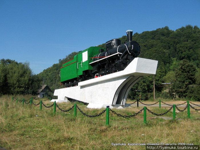 На постаменте стоял локомотив ВП-4 1948 года выпуска г. Воткинска, работавший на местных лесозаготовках в послевоенное время.