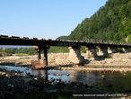 Мост довольно высокий и идти по нему до конца — надо иметь навыки эквилибриста и четко выдерживать равновесие.