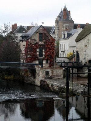 Вид на замок Валуа с моста.