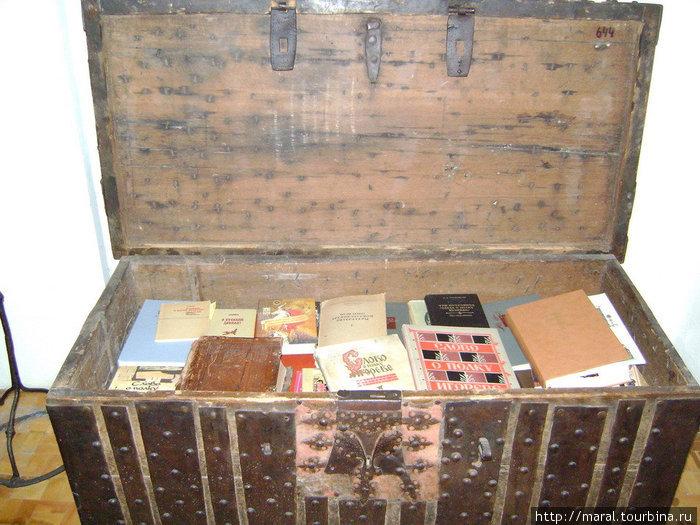 На сегодняшний день вышло столько изданий «Слова о полку Игореве», что малая толика книг едва поместились в огромном сундуке, выставленном в музейной экспозиции