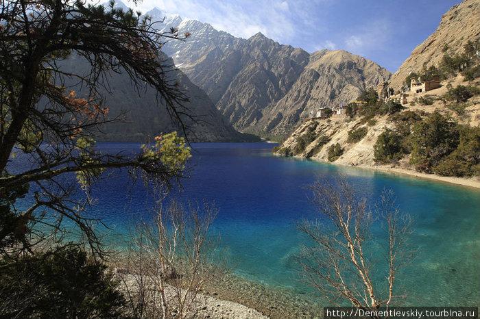 Шэйпоксундо. На картах это озеро называют по-другому. Местные говорят Шэйпоксундо. Справа, у обрыва, обосновался боновский монастырь, дорога к которому петляет по шикарному еловому лесу.