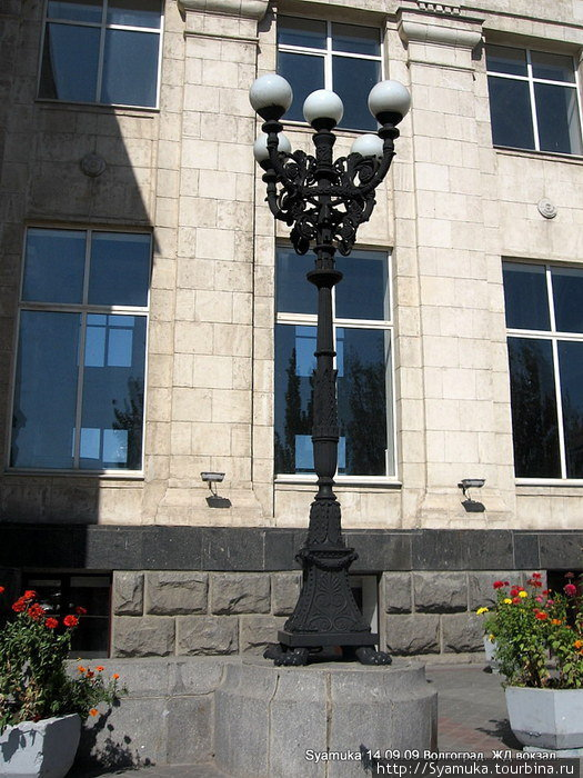 Старый фонарь у вокзала.