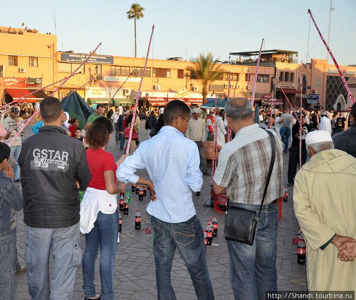 В Марракеше нет моря, поэтому местные жители наловчились ловить на удочку бутылки с газировкой.