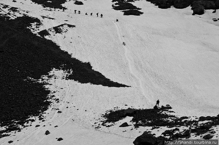 Многие туристы сокращают путь, съезжая со склонов на филейной части. Главное — вовремя затормозить перед каменной теркой, а то до приюта доедут только уши.