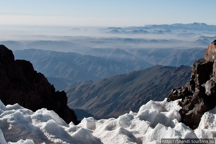 Практически две трети восхождения в начале мая приходится совершать по крутым снежным склонам.