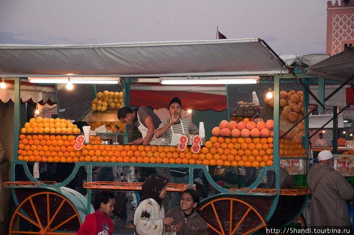 Подходи, налетай! Апельсиновый сок! Свежевыжатый!