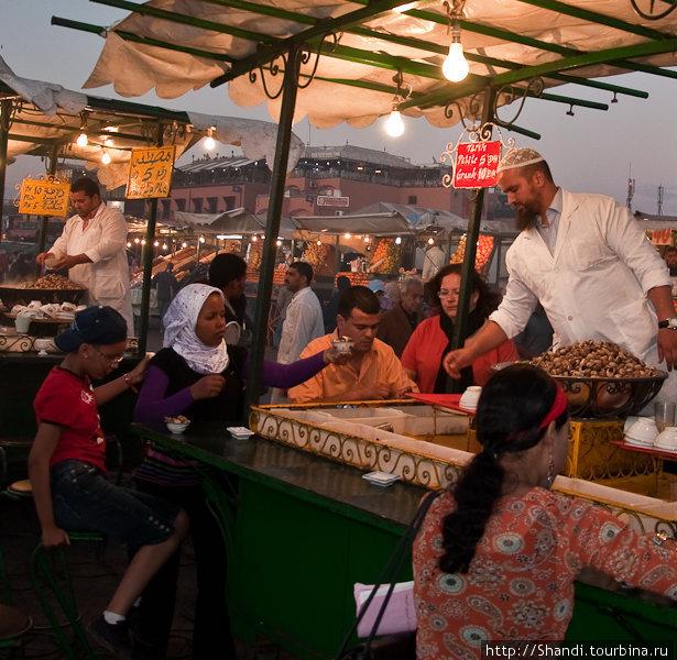 Непременный атрибут каждого марокканского рынка — продавцы улиток. Несчастных моллюсков варят в остром бульоне и половниками разливают в пиалы. По словам французов, получается вполне достойно.