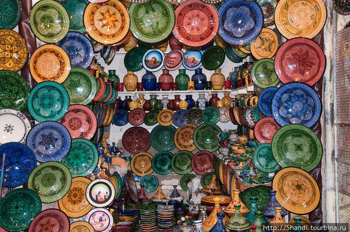 Марокко славится своей керамикой и ажурными металлическими изделиями.