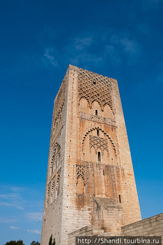 Башня Хассана — местная Вавилонская башня. В XII веке султан Якуб аль-Мансур вознамерился построить огромную мечеть с самым высоким минаретом в мире, но с его смертью стройка прекратилась.