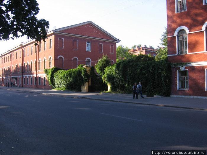 Губернские дома. Их строили согласно приказу Петра 1 за счет средств губерний. Всего было построено 70 домов.