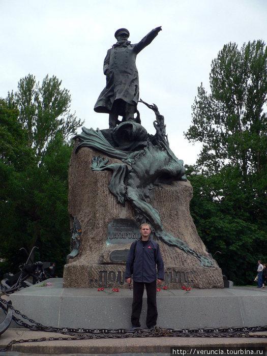 Памятник Макарову.