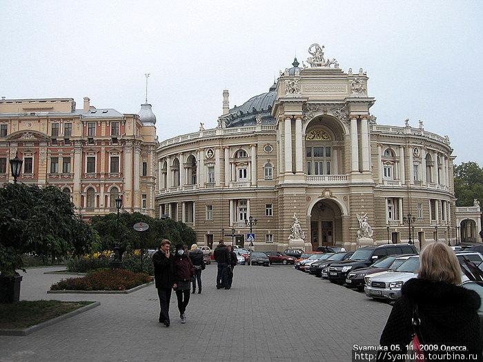 Здание Одесского Театра Оперы и Балета считается одним из интереснейших архитектурных памятников Украины и одним из красивейших театральных зданий мира.