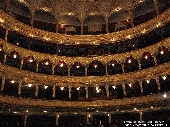 Архитектура зрительного зала рассчитана на 1664 места. В зрительном зале зрители располагаются в партере, ложах бенуара, бельэтажа, 1-го и 2-го ярусов и на галерке.