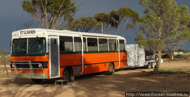 Превратить школьный автобус в дом на колёсах.