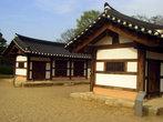Вот так выглядит традиционная корейская архитектура. Но эти здания нежилые. Другие традиционные жилища, которые функционируют в этой деревне более просторны. Они называются ханок.