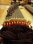 Этот инструмент называется каягым. У него может быть разное количество струн. Самый распространенный – двенадцати-струнный.