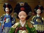 Еще в различных галереях деревни часто встречаются куклы ручной работы.