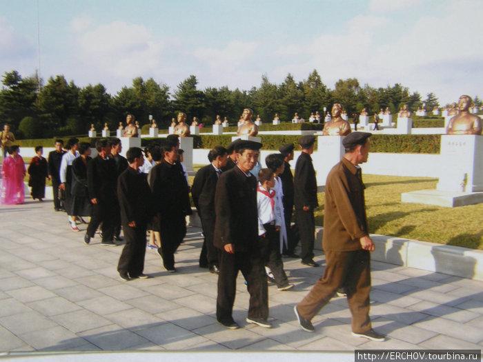 На кладбище революционеров.