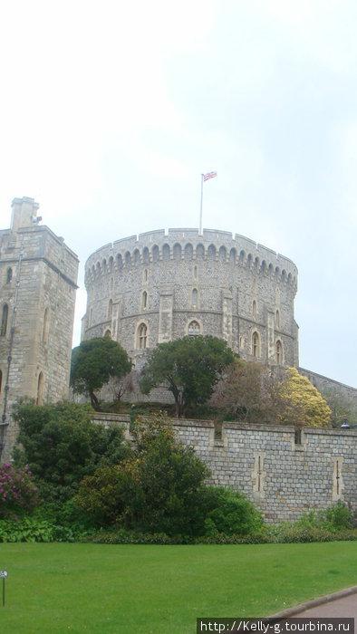 Круглая башня и британский флаг